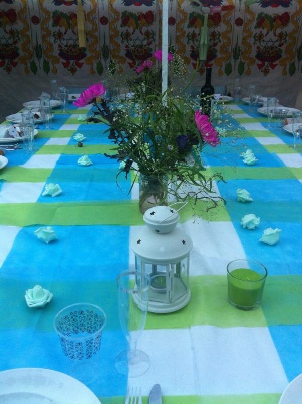 עיצוב שולחן בכחול וירוק